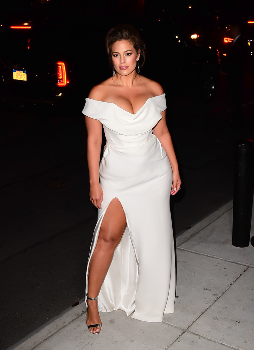 ashley-graham-keep-outfit-style-in-white-gown