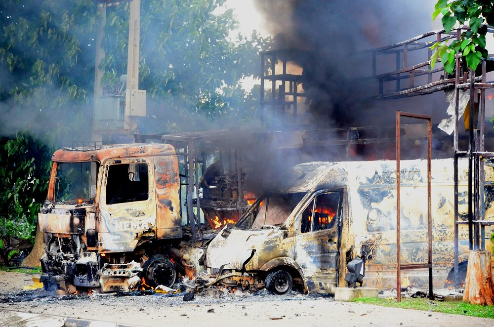 shiite-protesters-burn-vehicles