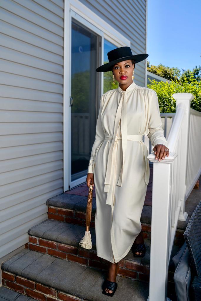 Vestido: Matériel Tbilisi; Sombrero: Monrowe NYC; Pendiente: Topshop