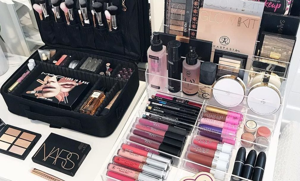 how-to-organize-makeup-bag-in-drawer