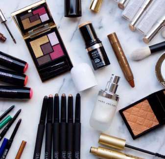 lay-out-how-to-organize-makeup-bag-in-drawer