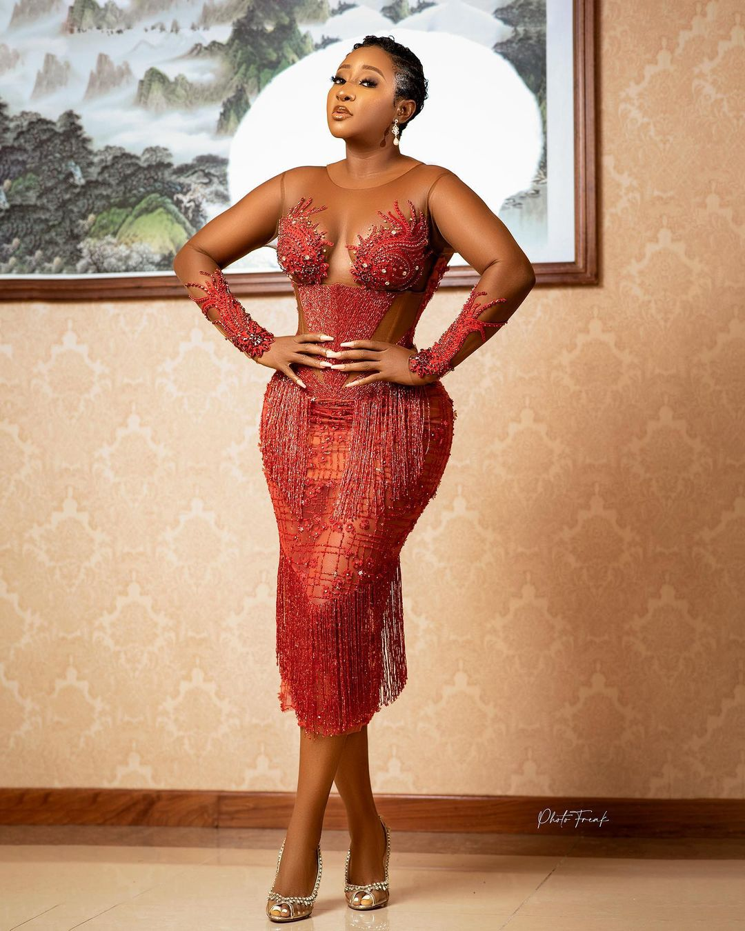 elegantly dressed black stars ini edo figure hugging red dress